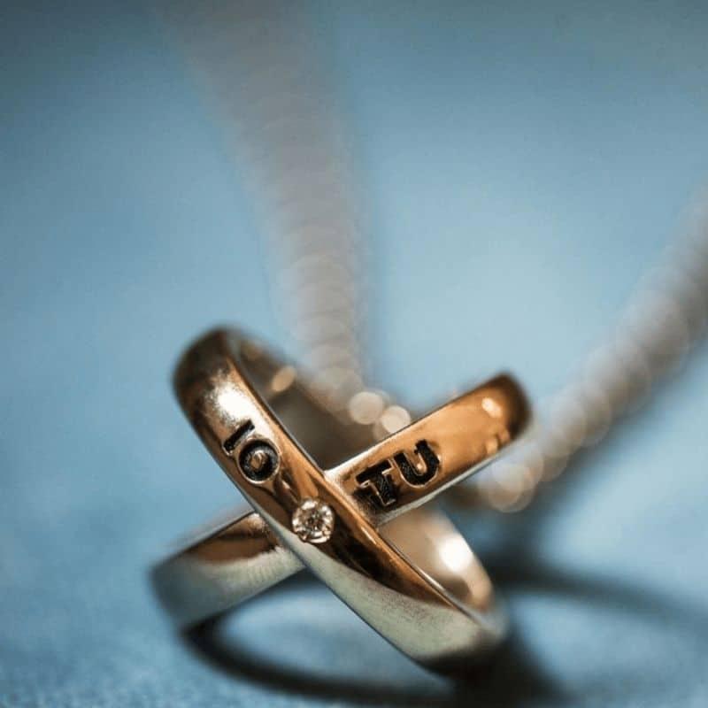 collana con ciondolo io tu incrociato in argento 925 placcato oro Thais Bernardes Gioielli
