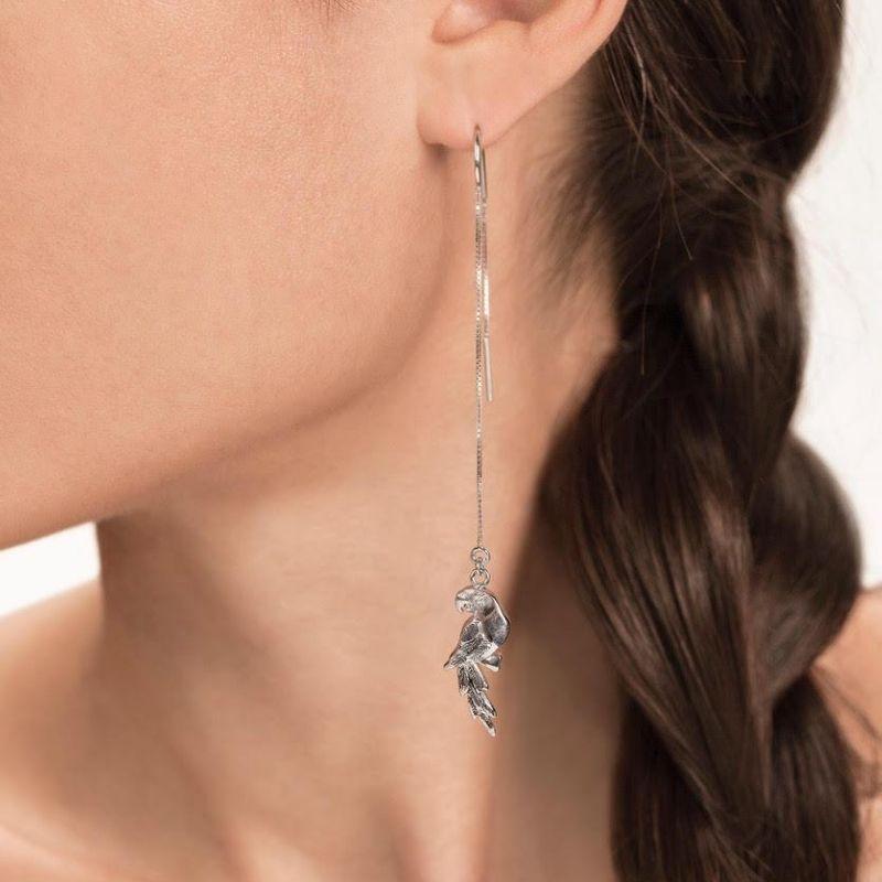 orecchini catena e pappagalli indossato