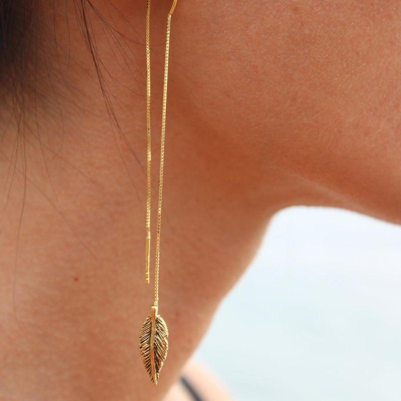 mono orecchino lungo con piuma in argento925 placcato oro Thais Bernardes Gioielli