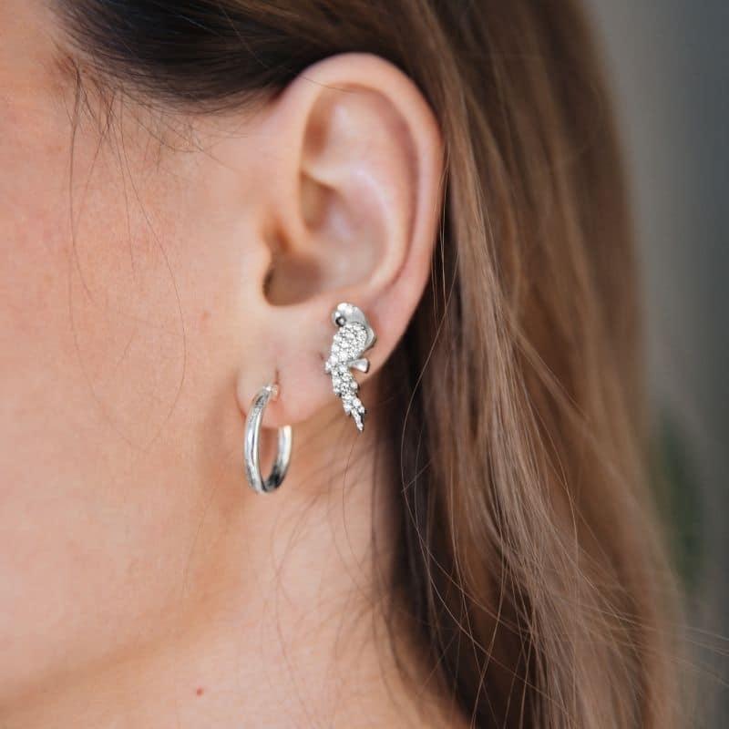 orecchini pappagalli a lobo con pietre bianche indossato