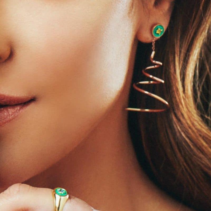 orecchini asimmetrici stelle filanti in oro con zaffiro
